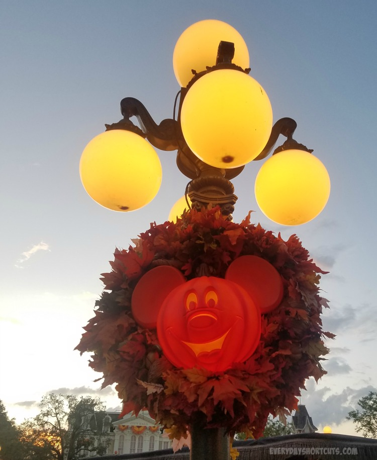 halloween-deocorations-at-walt-disney