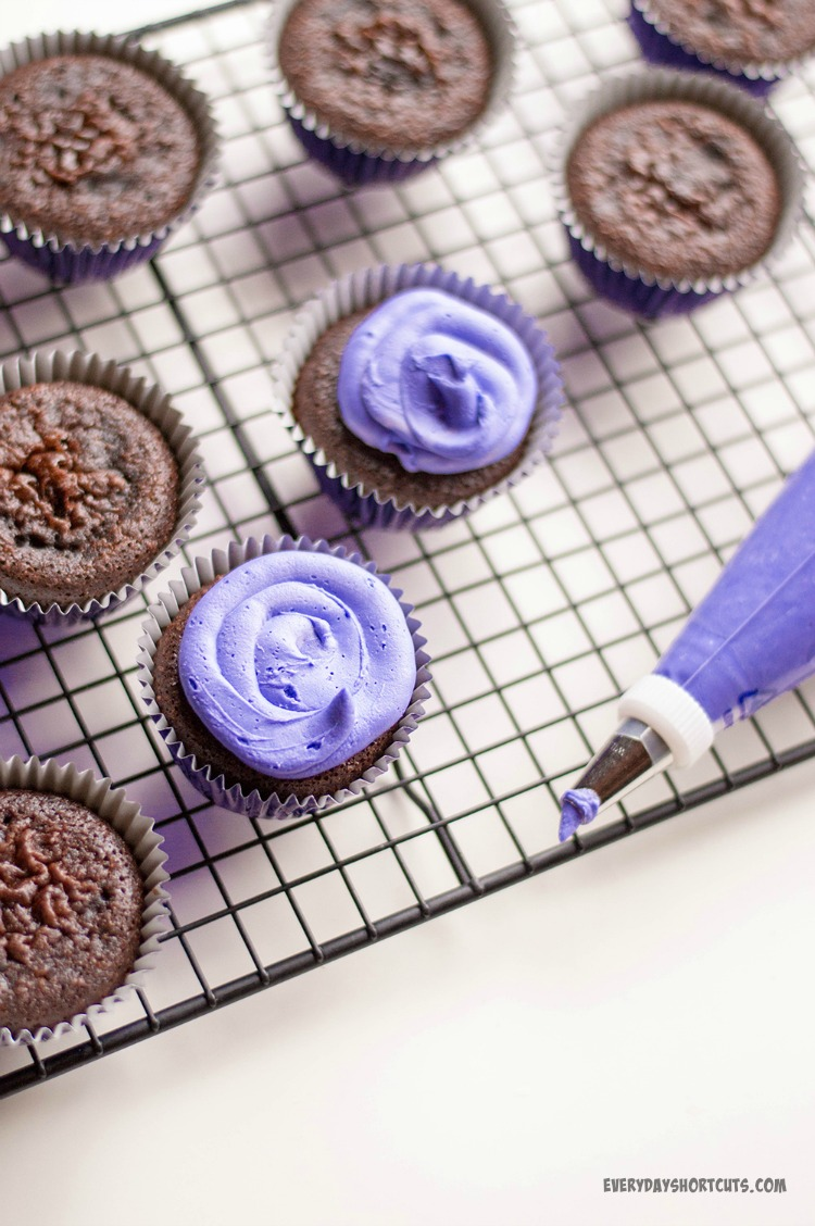 vibranium-cupcakes-frosted