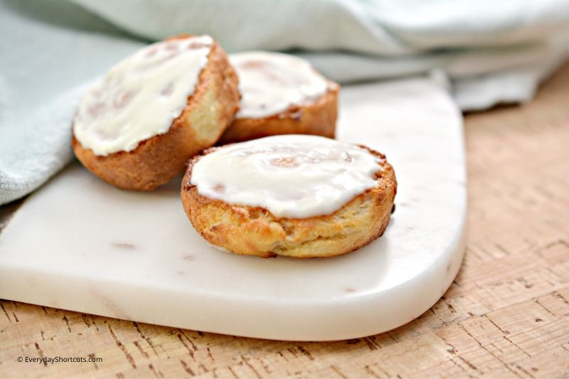 how-to-frost-cinnamon-rolls